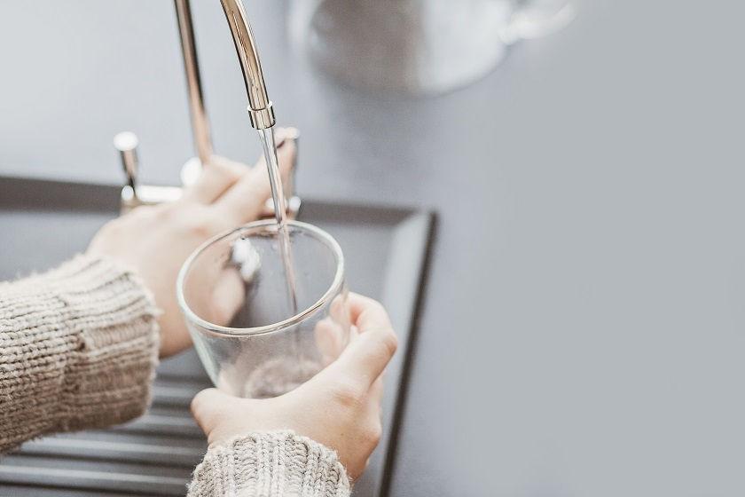 Filtrowanie wody. Jak oczyścić wodę w domu?