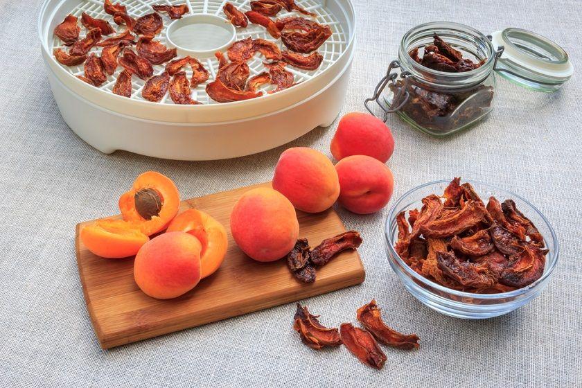Zdrowe i smaczne przekąski. Jak suszyć owoce?