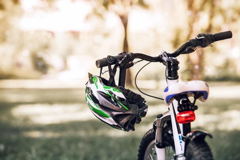 Aktywny początek sezonu. Jaki kask rowerowy wybrać? Czy ochraniacze to konieczność?