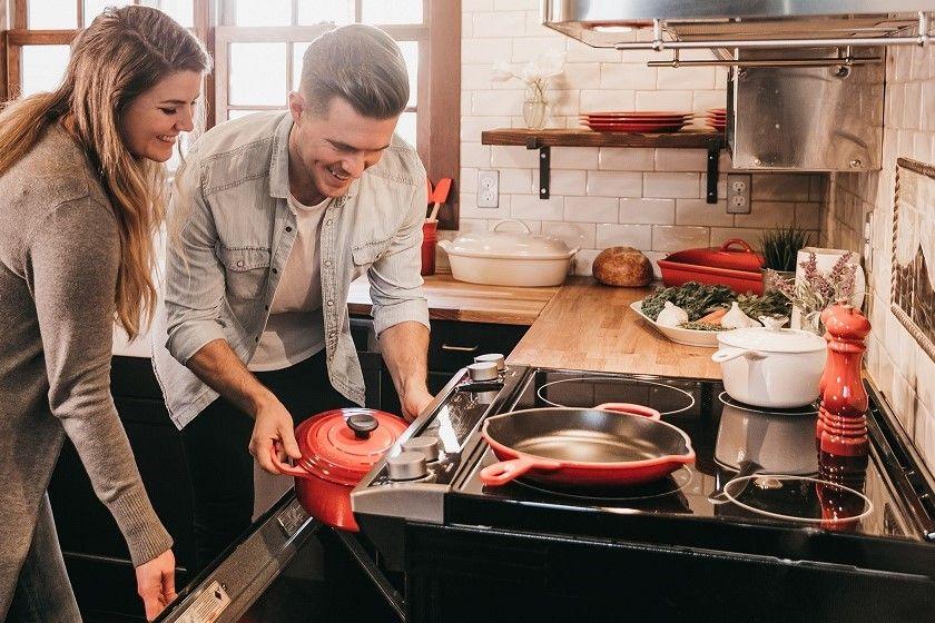 Płyta ceramiczna czy indukcyjna – która sprawdzi się lepiej w Twojej kuchni?