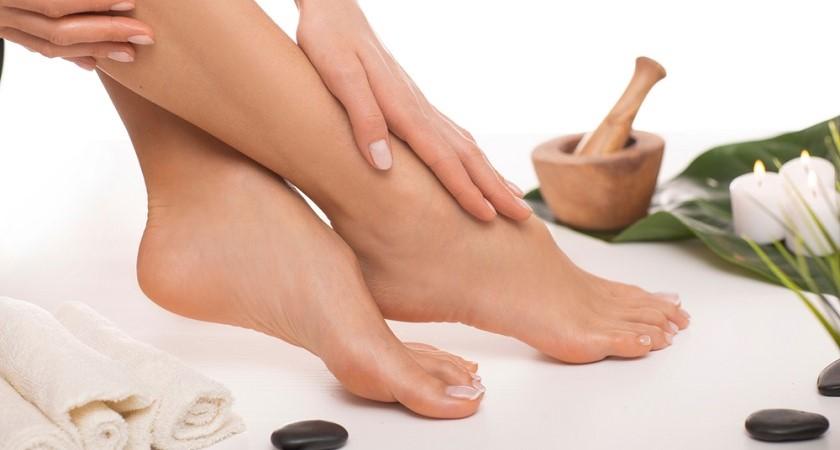 Oczyszczaj, pielęgnuj, ochraniaj. Jak zadbać wiosną o skórę stóp i dłoni?