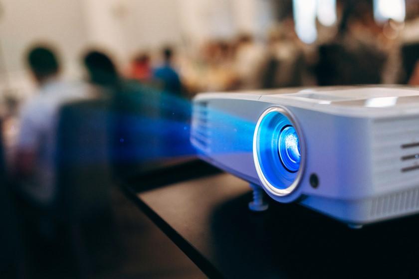 Jaki projektor wybrać do domu, a jaki na spotkania biznesowe?