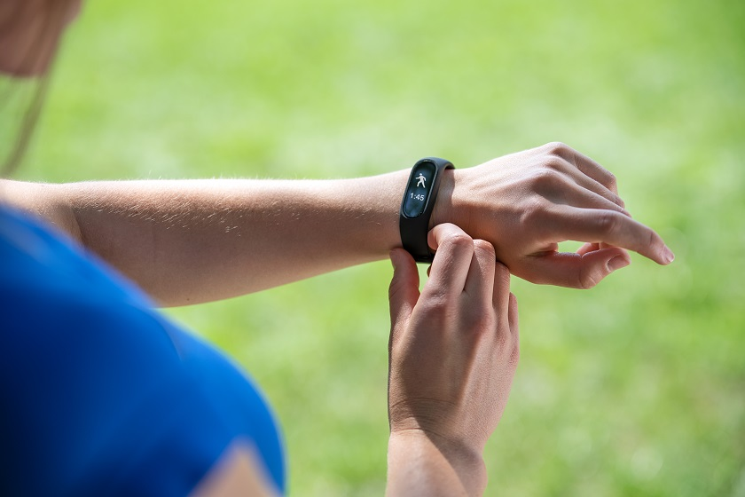Smartband – jaki wybrać? Podpowiadamy, czym się kierować przy zakupie sportowej opaski.