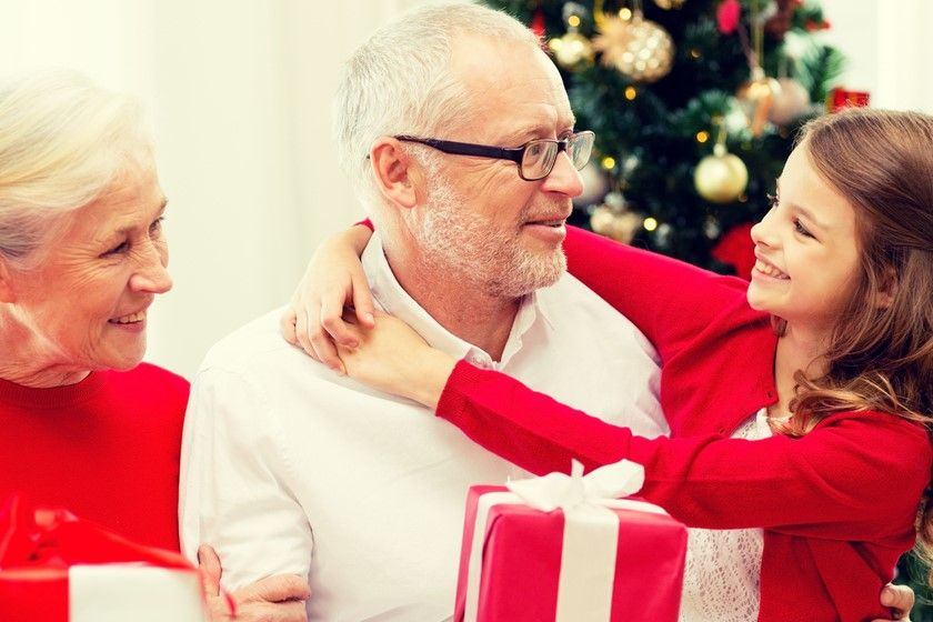 Co kupić babci na święta? Jaki prezent wybrać dla dziadka? Poradnik prezentowy