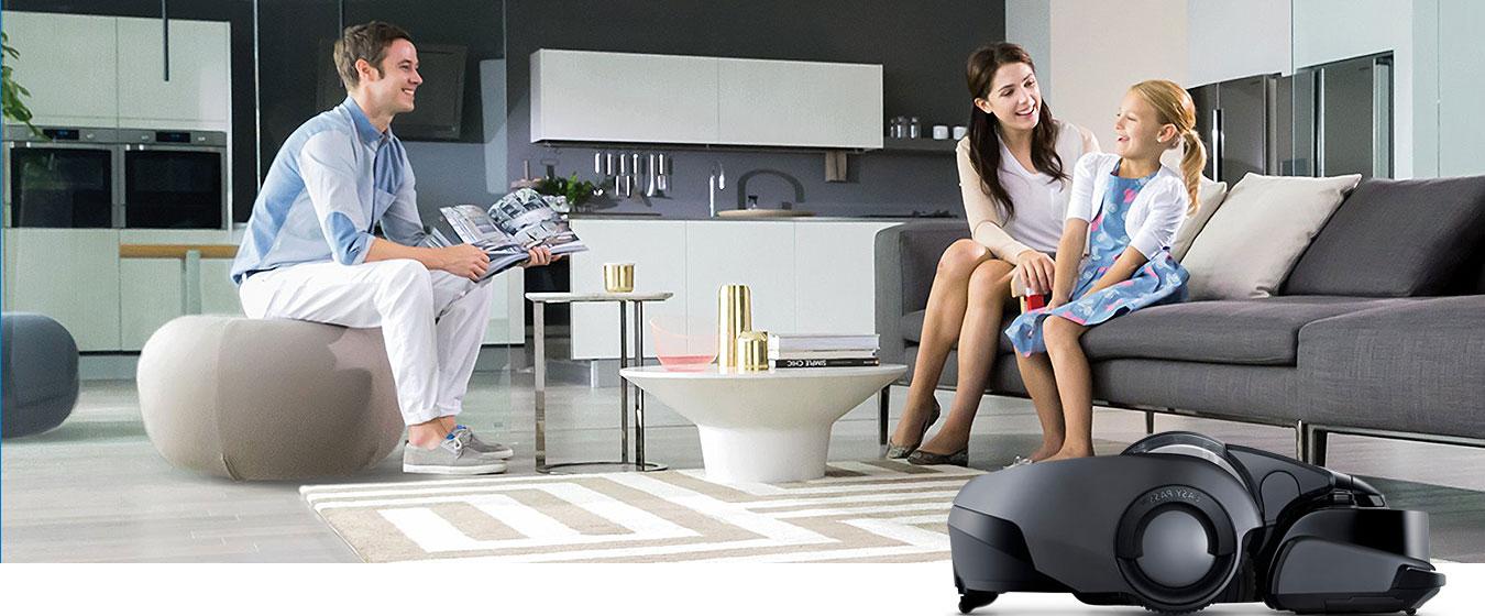 Inteligentne rozwiązania: Uśmiechnięta rodzina w wysprzątanym salonie