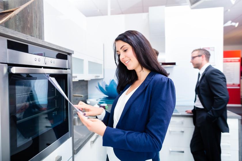 kobieta przy piekarnikach