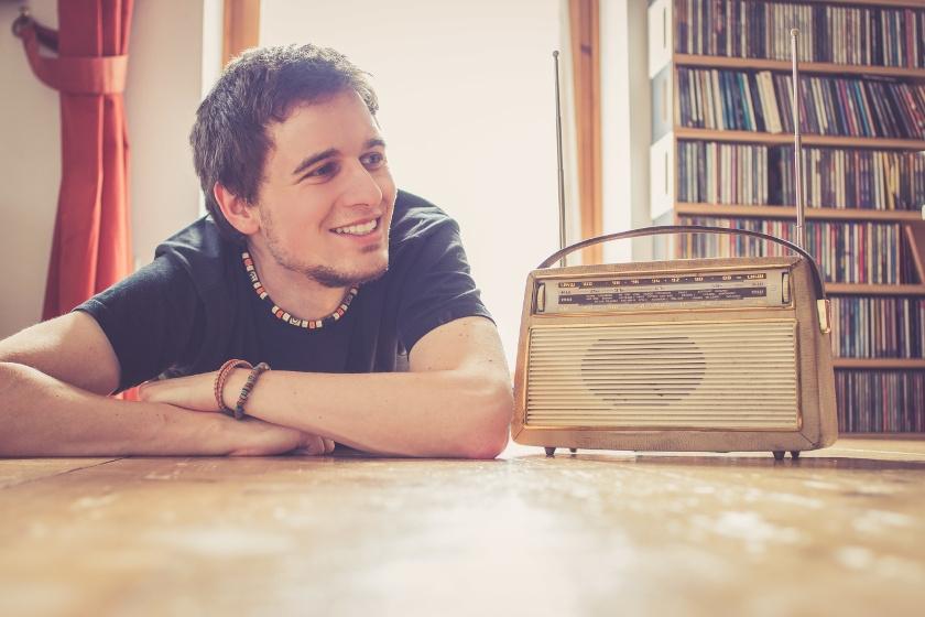 Chłopak z radioodtwarzaczem