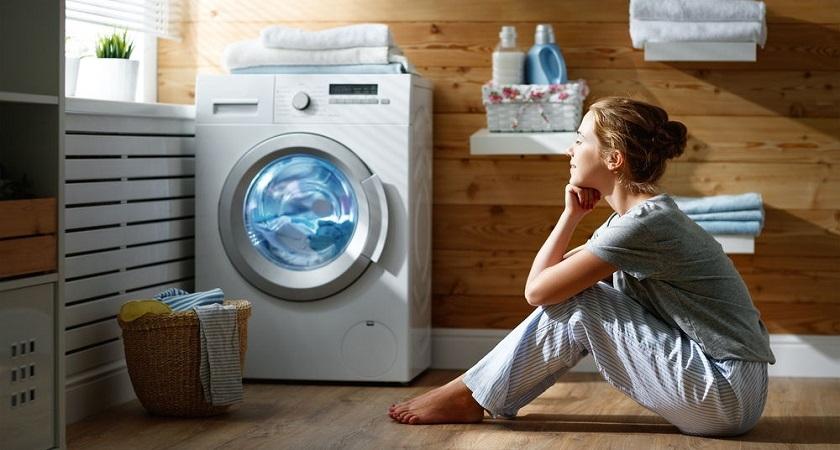 kobieta-przy-pralce