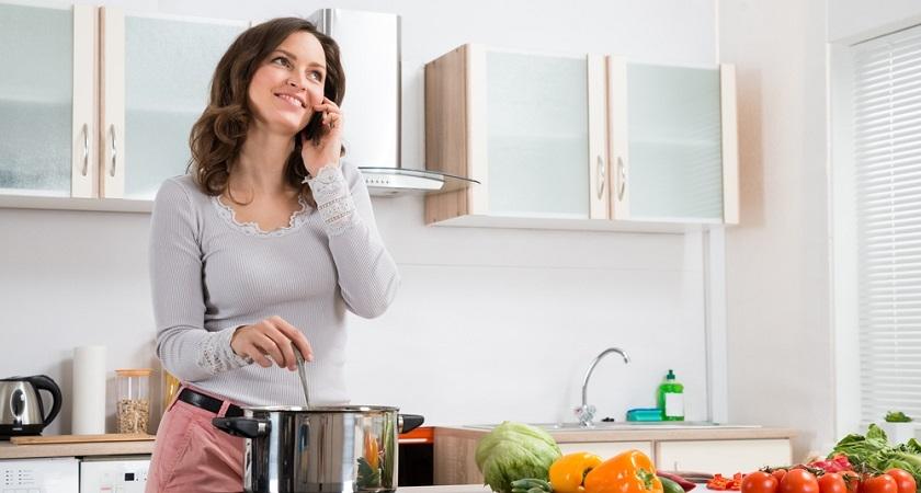 kobieta-przy-kuchence