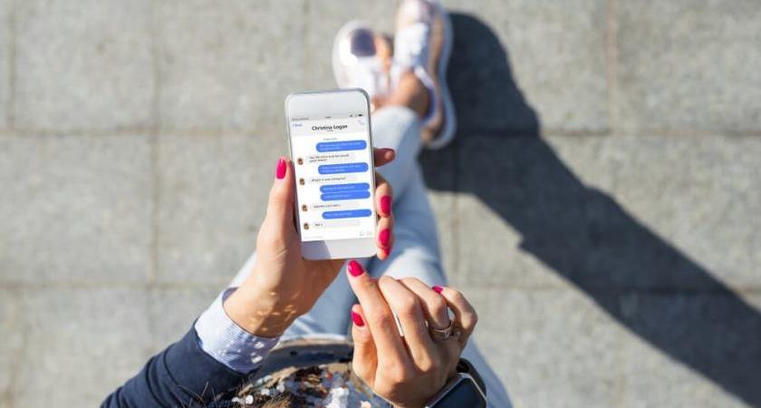 kobieta uzywa smartfona